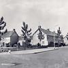 An0069 <br /> Eén van de betrekkelijk nieuwe wijken in Sassenheim, gelegen achter 'Het Oude Koningshuijs' en uitsluitend bestaand uit koopwoningen. Links de eerste huizen aan de Willem de Zwijgerlaan. Foto: 1968.