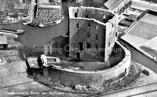 An0080 <br /> Luchtfoto van de ruïne van Teijlingen, gezien in oostelijke richting. Links de scheepswerf van Scheepmaker, later de Bruijn. Daarboven het huisje van W. van Klaveren. Rechtsboven het huis van de familie de Zwart. Foto: 1964.