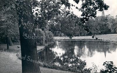 An0016<br /> Park Rusthoff met een deel van de waterpartij; rechts in de verte de spits van de St. Pancratiuskerk. Foto: jaren '60.