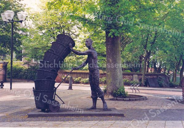 An0027 <br /> Kunstwerk van beeldhouwer Frans van der Veld uit Lisse, geplaatst voor de ingang van de Ned. Herv. kerk. Foto: jaren '80.