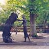 An0027 <br /> Kunstwerk 'De mandenophaler' van beeldhouwer Frans van der Veld uit Lisse. Het beeld – uitgevoerd in brons – is in 1985 geplaatst voor de ingang van de Ned.-herv. kerk. Foto: jaren '80.