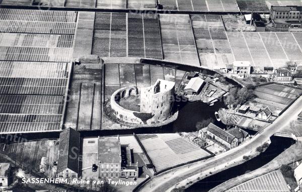 An0081 <br /> Luchtfoto van de ruïne van Teijlingen, gezien in noordwestelijke richting. Op de voorgrond het pand van gebr. Bergman, later Reckman. De Teijlingerlaan loopt van middenonder naar rechts, met het huis van de fam. Kühn, later de fam. de Zwart. Daarboven het huisje van Van Klaveren. De scheepswerf van De Bruijn is rechtsboven de ruïne. Verder rechtsboven de bebouwing van de Teijlingerlaan en het bedrijf van Westerbeek. Foto: 1961.