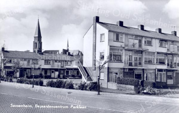 An0013<br /> Gezicht vanuit zuidoostelijke richting. Op de voorgrond de Parklaan ter hoogte van de Narcissenlaan. Achter de woningen aan de St. Antoniuslaan de toren van de St. Pancratiuskerk. Foto: jaren '60.