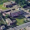 An0035 <br /> Na sloop van de 'oude' Bernardus in 1971 is het nieuwe complex gebouwd. Op 19 maart 1950 was de opening van het zusterhuis (links). Het verpleeghuis werd op 23 juli 1969 geopend. Het verzorgingshuis op 6 november 1973 in gebruik genomen. Verpleeghuis in 1995-1996 ingrijpend verbouwd en geopend op 5 juni 1997. Het 'binnenhof' is in 1992 overkapt. Ontwerp van Architectenbureau Van Duivenbode-Borkent. Uiterst links de 'oude' Zuiderstraat en vooraan het witte huis van Willem van Zonneveld, later o.a. van de fam. Zwaan. Foto: 1974.