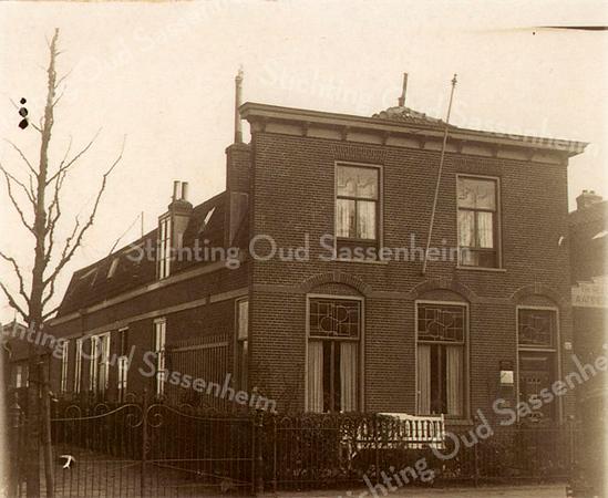 An0077 <br /> Woonhuis met aan de achterkant het kantoor (niet te zien) van aannemersbedrijf/kistenfabriek Th. Reeuwijk & Zn, Hoofdstraat 152, gebouwd in 1898. Rechts is nog een klein stukje van het naambord te zien.