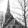 An0055 <br /> Ned. Herv. kerk voor restauratie van de toren in 1957-1958. Het hoge deel van het kerkgebouw heeft gotische ramen. In het lage deel is nog het ronde raam aan de oostzijde te zien en daaronder een deur. Na restauratie in 1971 zijn dit raam en de deur verwijderd en werd de consistoriekamer