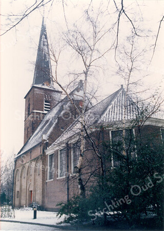 An0022 <br /> Ned. Herv. kerk, gebouwd omstreeks 1080, 13e-eeuwse toren. Grotendeels verwoest in 1574, herbouwd in 1595. Toren gerestaureerd in 1957-1958 door firma De Raat(Raad?). Kerkgebouw gerestaureerd in 1971-1973 onder leiding van architect Van der Sterre. Het oudste tufstenen deel in oorspronkelijke staat teruggebracht met Romaanse ramen. Oude zij-ingang weer aangebracht. Het lage gedeelte dateert uit de 18e eeuw. Foto: oktober 1992.