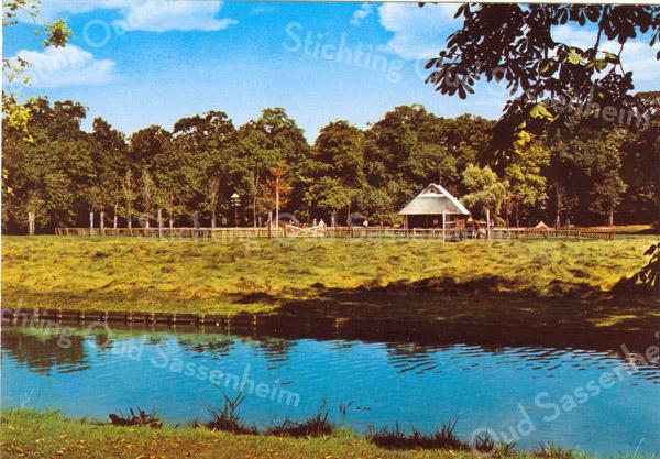 An0042 <br /> Kinderboerderij, sinds september 1977 in het park Rusthoff, het voormalige landgoed van de familie Charbon. Sinds 1917 eigendom van de gemeente Sassenheim en ingericht als wandelpark. Foto: 1978.