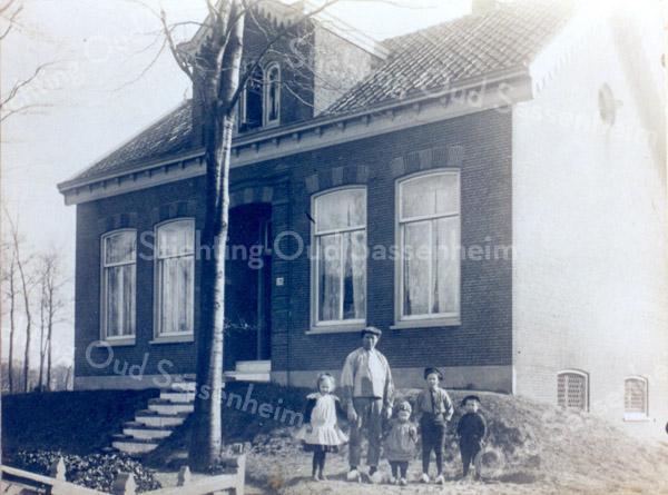 An0028 <br /> Vader Nico Breedijk met links Neeltje, rechts Kees, Klaas en Gep. In het 2e raam van rechts lijkt Nellie vanuit de kinderstoel toe. Breedijk was toen nog bollenkweker en had zijn land langs de Hoofdstraat. Later heeft hij de boerderij aan de Menneweg betrokken met de stal, die uit voormalige huizen bestond, genaamd 'het Wespennest'. Locatie: voor huize Zonnehof aan de Hoofdstraat.  Foto: ca. 1917.