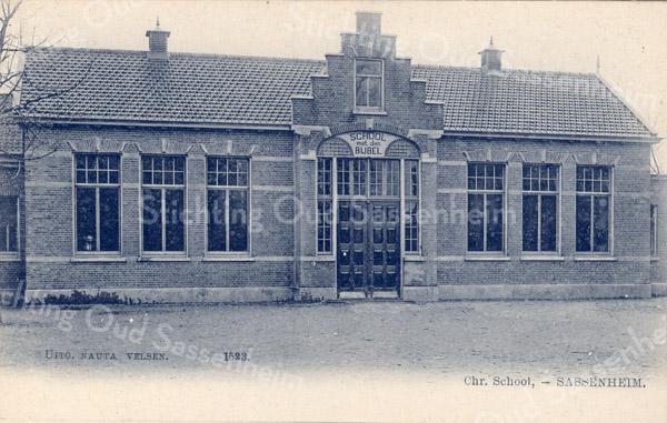 An0089 <br /> De 'School met den Bijbel' is in 1892 gebouwd en heeft dienst gedaan tot 1954. P.J. Vercouteren en J. Wiepkema zijn hier schoolhoofden geweest. Tot 1964 heeft het dienst gedaan als 'beschutte werkplaats'. Daarna werd het pand gesloopt. Foto: 1901