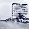 An0053 <br /> Gezicht op Parklaan met rechts de kantoorflat van Schulte & Lestraden. De kantoorflat is ontworpen in 1959 door de architect Ir. A.H.J. Paardekooper en is in 1999 gesloopt. <br /> Op de voorgrond het pompstation van ESSO. Op de achtergrond het huis van de heer Staring en het gebouw van de brandweer.  De kantoorflat is in 1999 tezamen met het pompstation gesloopt en wordt vervangen door een appartementencomplex ('Sassemerhof').  Foto: 1970.