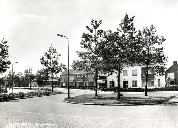 An0065 <br /> De aansluiting van de Narcissenlaan op de Parklaan was aanvankelijk anders dan nu. Uiterst rechts is nog net een huis, gelegen aan de Parklaan te zien. In het midden staat tussen de Fl. Schoutenstraat en de Bijdorpstraat een garagebedrijf (nu LAB-Opel Service filiaal). Foto: 1968.