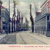 An0094 <br /> Hotel café-restaurant 'Het Bruine Paard' is een zeer oude herberg. Voor 1870 vergaderde hier de Gemeenteraad en daarvoor was er ook het Regthuijs, waar Schout en Schepenen bijeen kwamen. Links het huis van Vlasveld. Na de sloop in 1933 kwamen hier de kruidenierswinkel van Kaptein en de fourniturenwinkel van Groeneveld. Dan volgt de Kerklaan met op de hoek de winkel van C.J.Verlint en daarnaast de woning van koster De Boer (N.H.kerk) en die van aannemer Oudshoorn. Foto: ca 1905.