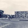 An0050 <br /> De Hoofdstraat, uiterst links de Ter Leedelaan. De flat op de hoek van de Ter Leedelaan/Van Pallandtlaan is één van de eerste flats in Sassenheim . Foto: 1967