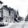 An0002 <br /> Centrum dorp kijkend in zuidelijke richting. Aan weerszijde van de Hoofdstraat winkels en woonhuizen. De auto links, een Ford Taunus 17M, staat voor de juwelierswinkel van Trossèl.  Daarnaast staan het woonhuis en de melksalon van P. Langeveld. Foto: eind jaren '50.