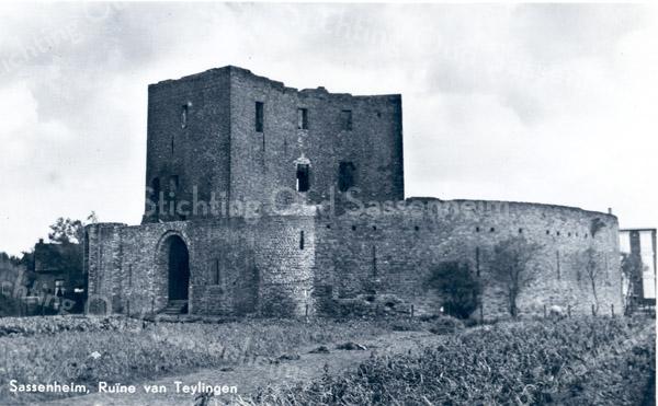 An0054 <br /> Ruïne van Teijlingen. De waterburcht, een verdedigingswerk uit het begin van de 13e eeuw, heeft een donjon en een ringmuur van 37 m. doorsnee. Na het geslacht Van Teijlingen kwam het slot aan de graven van Holland. Is diverse keren verwoest en herbouwd, maar na de brand van 1676 is het een ruïne gebleven. Foto: jaren '50.