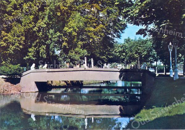 An0034 <br /> 'Het Oude Koningshuijs' met betonnen brug met sierlijk hekwerk, geflankeerd door twee leeuwen. Foto: jaren '80.