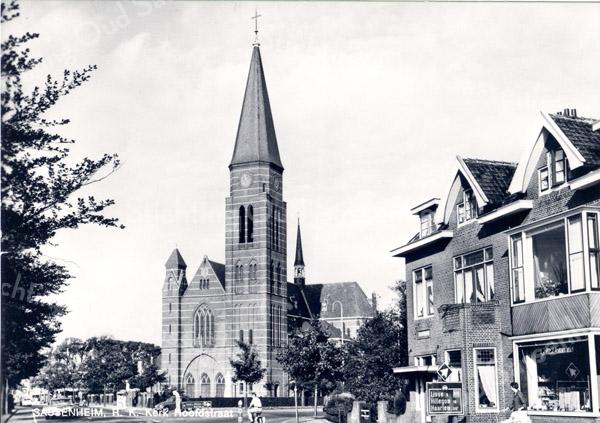 An0061 <br /> St. Pancratius. De Parklaan is inmiddels aangelegd. Het huis 'Zonnehof' is verdwenen en de tram is vervangen door de bus. Rechts is de kantoorboekhandel van Demmenie, nu Duvak (1996). Voor de kerk staat een verbodsbord: na 75 meter. Foto: ca 1969.