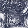 An0092 <br /> De tol met het tolhuis aan de Teijlingerlaan. De oude huisjes links zijn afgebroken in 1930. Daarachter ligt een bollenschuur, eens eigendom van Van Nieuwkoop (nu Leon). Op de afsluitboom van de tol staat het tarief: een rijwiel 2 cent. De bewoners van de Teijlingerlaan hadden voor f 2.50 per jaar vrije doorgang. De tol werd opgeheven op 7 april 1920 en de tol en het tolhuis werden in 1921 afgebroken. De laatste tolgaarder was A. Bosma. Foto: ca 1907