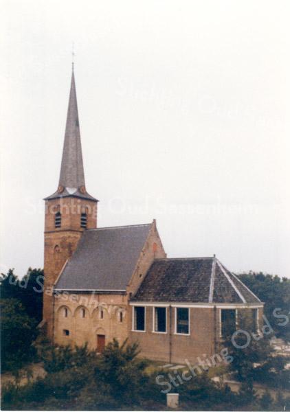 An0024 <br /> Ned. Herv.Kerk, gebouwd omstreeks 1080, toren in 13e eeuw. Grotendeels verwoest in 1574, herbouwd in 1595. Toren in 1957-1958 gerestaureerd door firma De Raat. Kerkgebouw gerestaureerd in 1971-1973 onder leiding van architect Van der Sterre. Het oudste tufstenen gedeelte in oorspronkelijke staat teruggebracht met Romaanse ramen. Oude zij-ingang weer aangebracht. Het lage gedeelte dateert uit de 18e eeuw. Foto: oktober 1992.