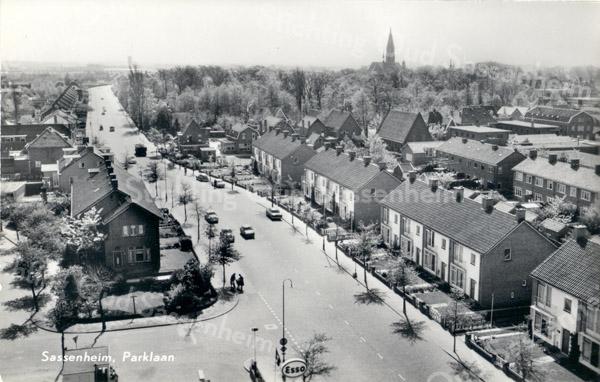 An0017 <br /> Luchtfoto, kijkend in zuidelijke richting over de Parklaan vanaf flat van Schulte & Lestraden. Rechts op achtergrond de toren van RK- kerk St. Pancratius. Links op voorgrond begin van de Adelborst van Leeuwenlaan en de Meidoornlaan. Foto: begin jaren '60.