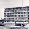 An0062 <br /> 'De Schutse', gezien vanaf de Parklaan, geopend in 1968. In de eerste jaren uitsluitend bestemd voor mensen met een Prot.Chr. achtergrond. Later voor alle gezindten. In 1987 is het gebouw vervangen door een nieuw bejaardenhuis, gelegen aan de Teijlingerlaan. Foto: 1968.