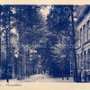 An0099 <br /> Links het huis van Koos Bakker, daarnaast de buitenplaats van de fam. Charbon. Rechts een stukje van het huis van dr. Metzlar, later dr. Hueber en tenslotte het Postkantoor, gebouwd in 1902. Foto: ca 1920.