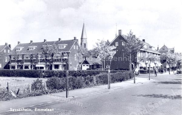 An0008<br /> Links woonhuizen aan de Emmalaan, in het midden toren van de RK-kerk St. Pancratius. Rechts woonhuizen aan de Julianalaan richting Hoofdstraat. Foto: begin jaren '60.