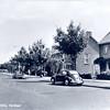 An0067 <br /> Parklaan, een omleidingsweg om het centrum te ontlasten. Een Volkswagen en een DAF staan geparkeerd. Op de achtergrond het gebouw 'de Ontmoeting' en de gymnastiekzaal. Foto: 1968.