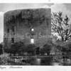 An0093 <br /> Ruïne van Teijlingen. De waterburcht, een verdedigingswerk uit het begin van de 13e eeuw, heeft een donjon en een ringmuur van 37 m. doorsnee. Na het geslacht Van Teijlingen kwam het slot aan de graven van Holland. Is diverse keren verwoest en herbouwd, maar na de brand van 1676 is het een ruïne gebleven. Foto: ca 1910-1920.
