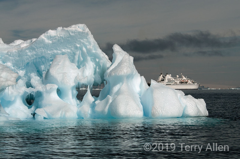 Le-Diamant-&-ice-sculpture,-Wedell-Sea