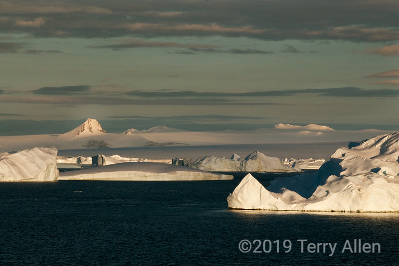 Mt-Tholus-&-iceberg,-Antarctic-Sound