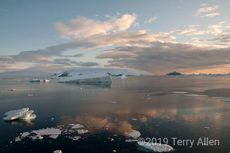 Dundee-Island-sunrise,-Antarctic-Sound