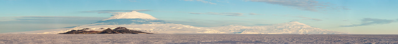 Ross Island, as seen from the Ross Ice Shelf. Mount Erebus is on the left, Mount Terror on the right. Scott Base and McMurdo Station are on the peninsula at the base of Mount Erebus in the foreground.