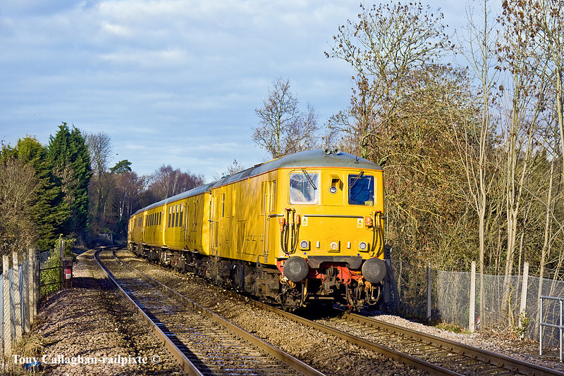 5th Jan 11:  Racing down the grade through Sandhurst are 73138 & 73107 with the day's 1Q38 from Selhurst to Selhurst which included the line to Reading