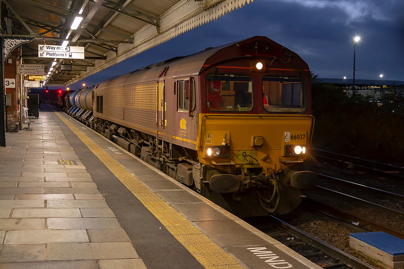 8th Nov 2018:  66037 with 66152 on the other end are standing in Platform 3 at Westbury with the RHTT from Didcot. 3J41 left Westbury at 17.07  some 15 minutes early on the return leg to the Didcot Fuelling Point via Reading