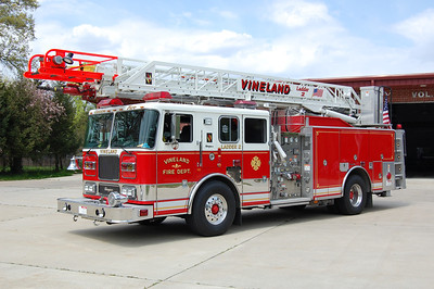 Vineland Ladder 2 2003 Seagrave 1500-400-75' Photo by Chris Tompkins