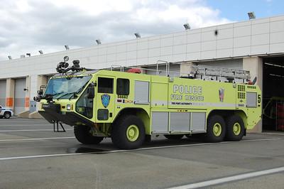 Newark International Airport Crash Truck 5 56682 2003 Oshkosh Striker 1500-3000-400B Photo by Chris Tompkins