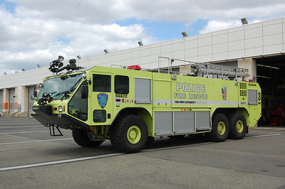 Newark International Airport Crash Truck 3 56672 2003 Oshkosh Striker 750-1500-400B Photo by Chris Tompkins