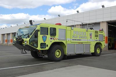 Newark International Airport Crash Truck 1 56292 2002 Oshkosh Striker 750-1500-400B Photo by Chris Tompkins