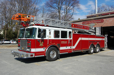 Garden City Ladder 144 2007 Seagrave 100' Photo by Chris Tompkins