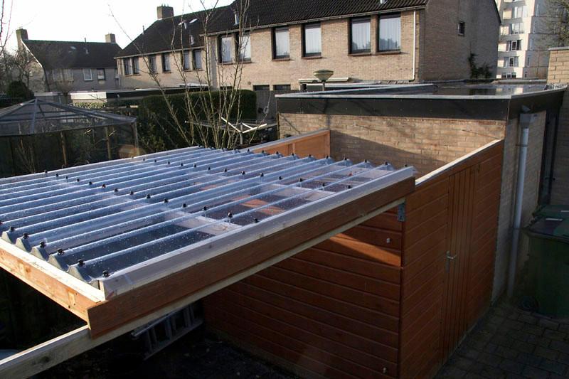Het dak rolt over de 2 geleiders van sw sterrenwacht af.