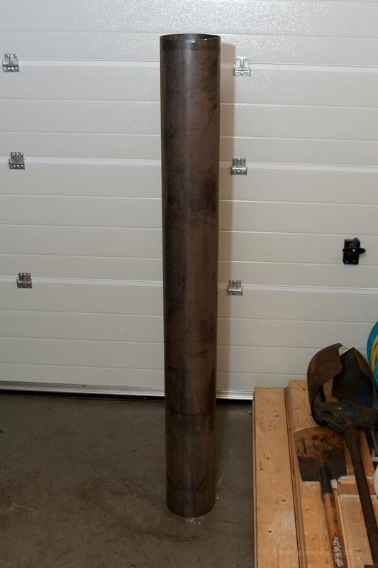 Nadat de gaten voor de betonnen fundering gegraven waren, moest ik op zoek naar een ijzeren buis. De buis heb ik gevonden bij IJzerhandel van der Most in Slagharen. Hier hadden ze een buis van 170mm doorsnede en een wanddikte van 5mm. Tevens is een voetplaat, een plaat voor de bovenkant en een aantal steunstrips met de super hulp van een aantal werknemers van van der Most gemaakt.