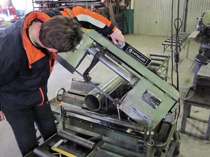 Samen met Wilco Boerman is de zuil verder afgemaakt. De buis voor de zuil moest 9 cm. ingekort worden, dit is gedaan m.b.v. een lintzaag