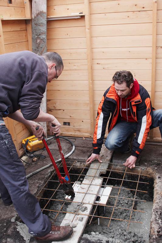De tweede laag betonijzer wordt op maat geknipt