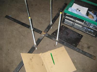 In de betonnen fundering komt dit kruis met draadeinden. Op de draadeinden wordt de zuil gemonteerd