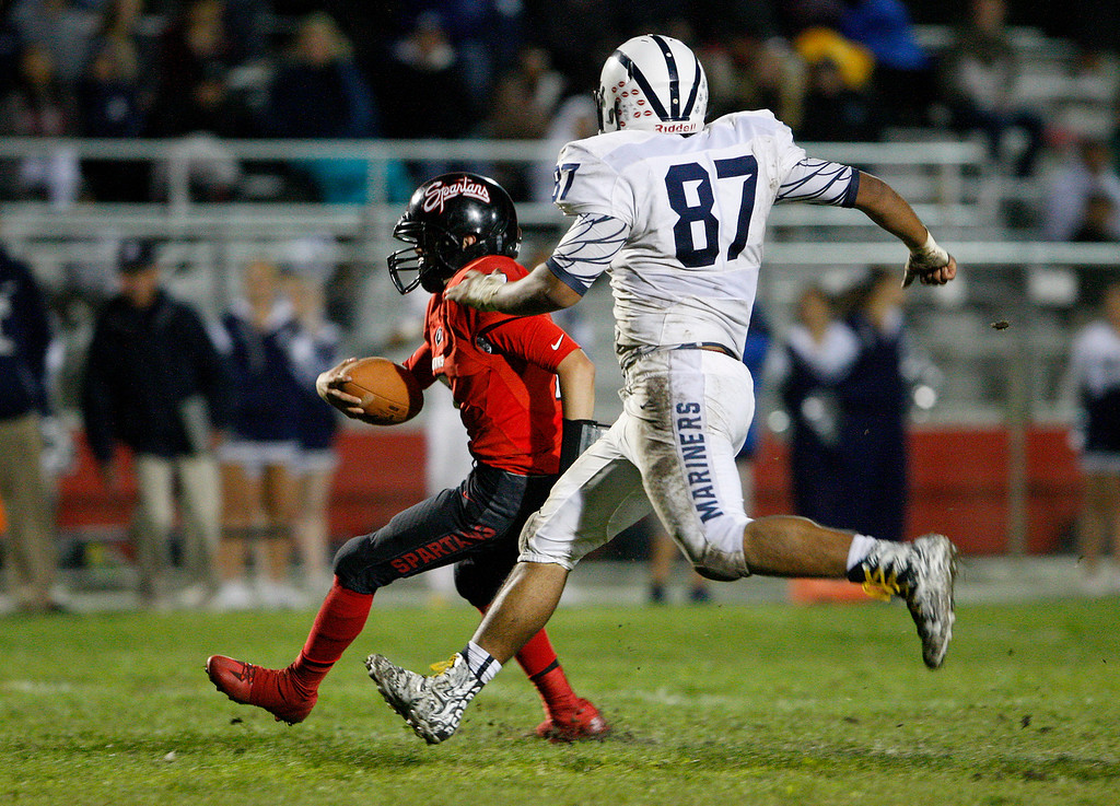 . Seaside\'s Ivan Ochoa (7) rushes past Aptos\' Darian Gutierrez -Lee (87) for yards in the second half of their game against Aptos in Seaside on Friday, Sept. 29, 2017.  (Vern Fisher - Monterey Herald)