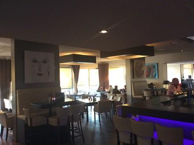 de bar en het lunch restaurant met o.a. Blue Eyes