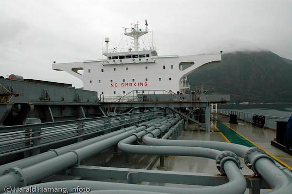 Lasting av malm ombord i et moderne malmskip. Dette skipet er på 110.000 DWT, og er et kombinert malm, kull og oljeskip i transatlantisk fart.
