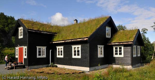 Tinja fjellgård, på Mellomriksveien ca 10 km fra kryss E6,